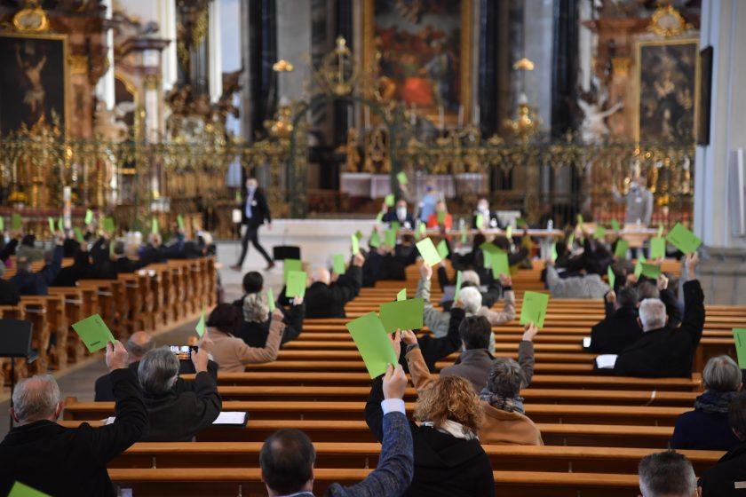 Die Sitzung des Kath. Kollegiums fand coronabedingt in der Kathedrale statt. (Bild: Regina Kühne)