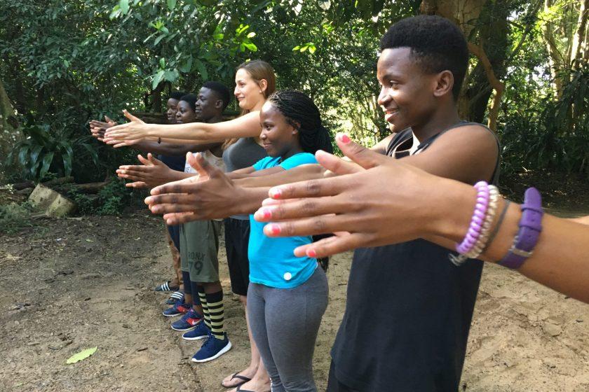 Alltagssituationen in der Schule, der Ausbildung oder für die Konfliktbewältigung werden spielerisch geübt und besprochen. Bild: Christoph Balmer/Südafrika